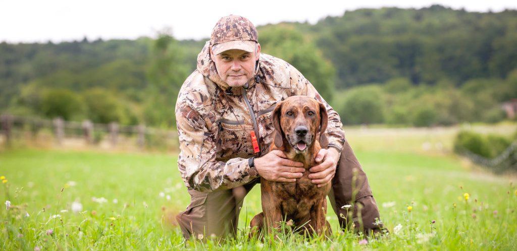 der hundetrainer peter müller und ein jagdhund zur ausbildung